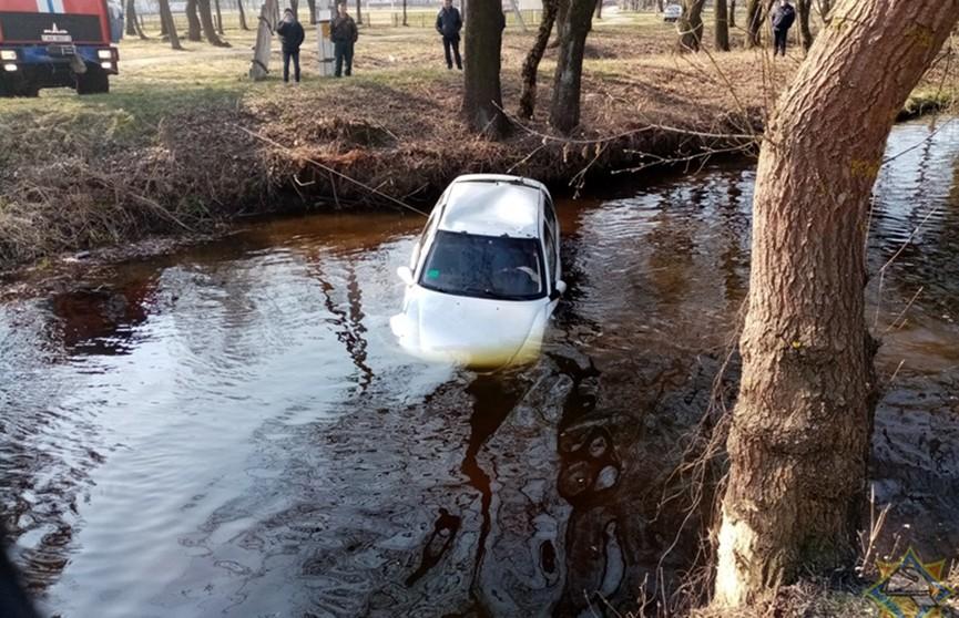 Автомобиль с пенсионером упал в реку в Гомельской области