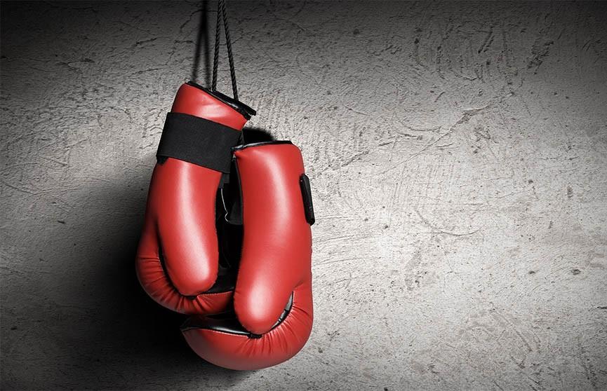 Боксёры десять раз отправляли друг друга в нокдаун за пять раундов (Видео)