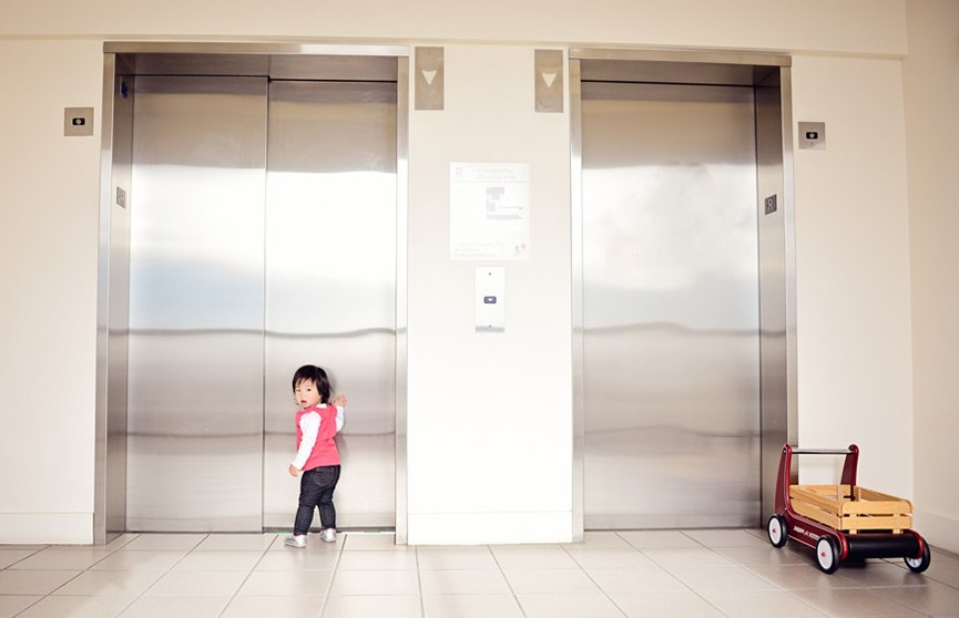 Девятилетняя девочка выжила в лифте, который падал с 18 этажа (Видео)