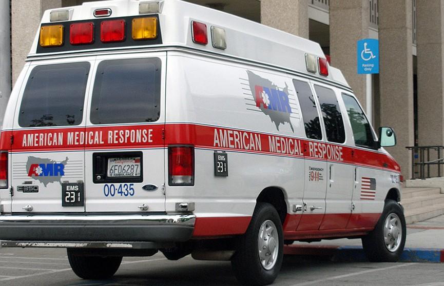 Автомобиль врезался в людей на остановке в США