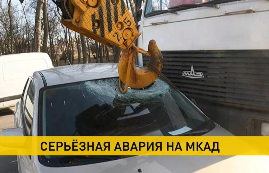 Легковой автомобиль попал под автокран на кольцевой