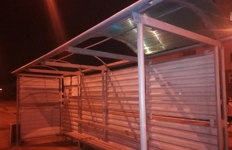 В Минске из-за сильного ветра крыша остановки упала женщине на голову
