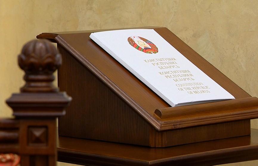 Президент не сможет издавать декреты, лимит – два срока. Рассказываем, какие еще предложения внесла Конституционная комиссия