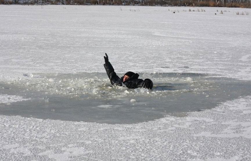 Двое рыбаков провалились под лёд в Речице: один из них погиб
