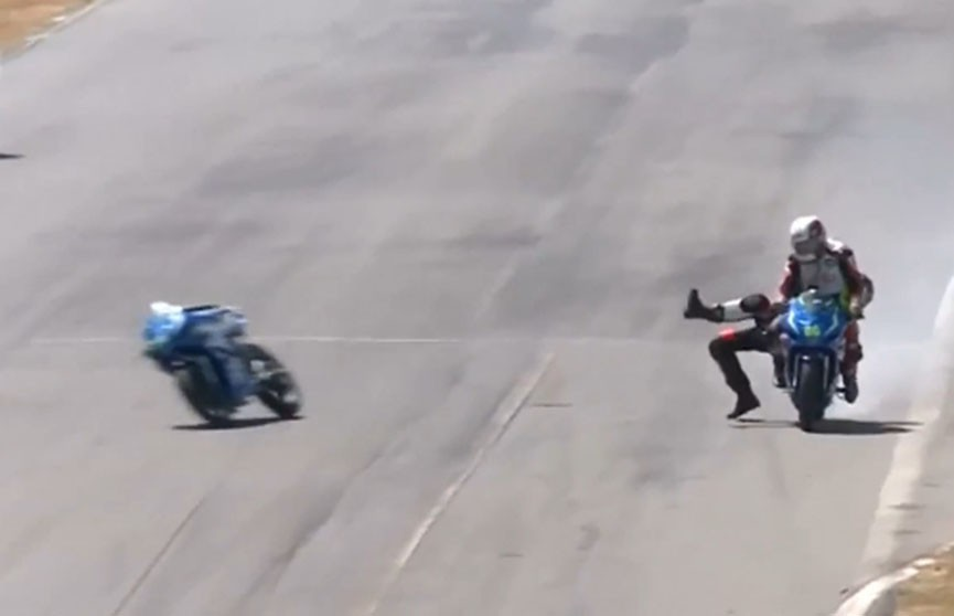 Мотоциклисты подрались во время гонки (Видео)