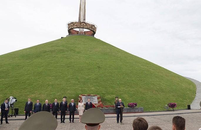 Белорусский флаг, побывавший на Эвересте, вручили Лукашенко участники экспедиции