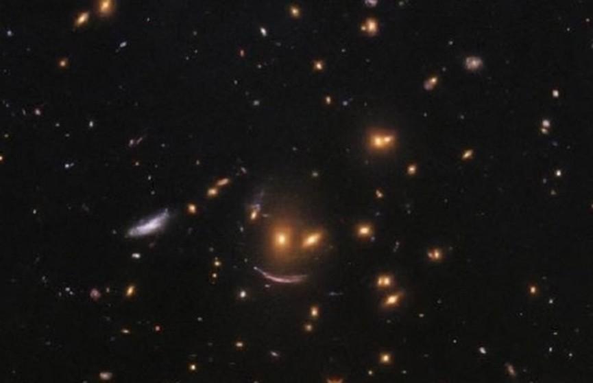 Hubble сфотографировал гигантский смайлик