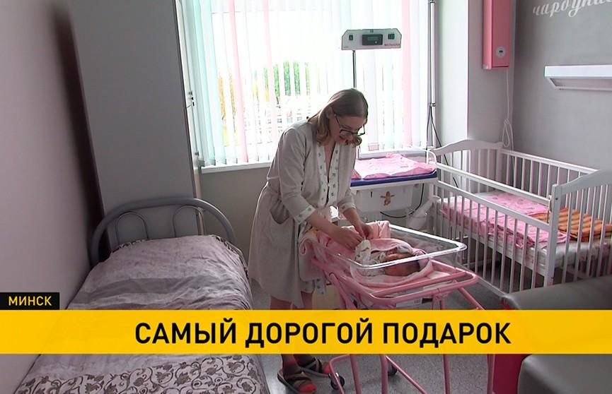 В преддверии Дня матери глава «Беллегпрома» приехала с подарками в один из роддомов Беларуси