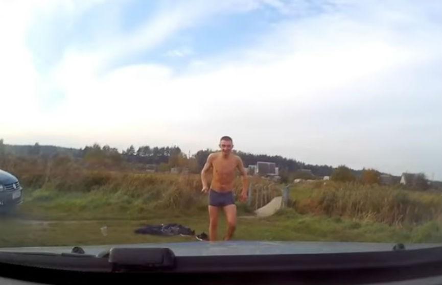 Двое парней катались с крыши милицейского Geely. Их снял регистратор