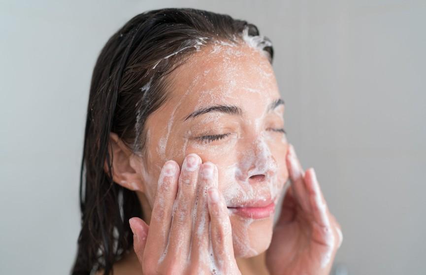 Специалисты назвали причину, по которой нельзя умываться мылом