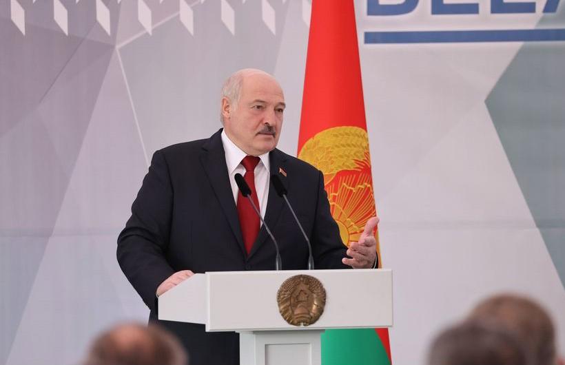 «Метлу им!»: Лукашенко нашел место работы для жен футболистов и хоккеистов