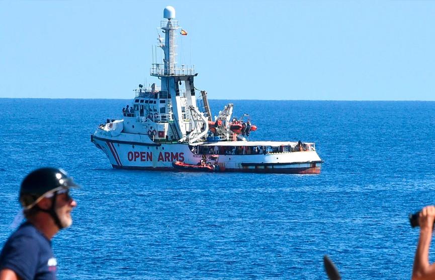 Судно Open Arms с мигрантами отказалось войти в порт Испании