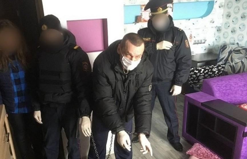В Солигорске мужчина с ножом напал на соседку и инсценировал смерть как самоубийство