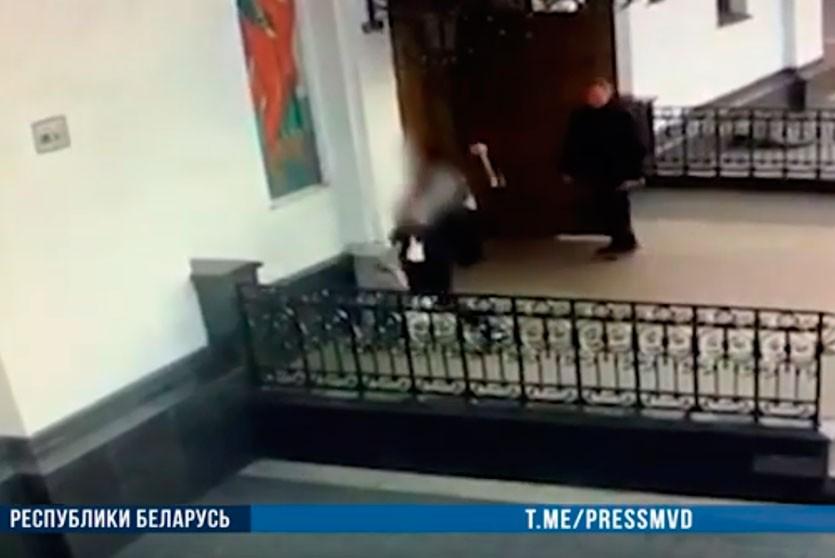 Женщина с топором атаковала здание Свято-Духова собора в Минске
