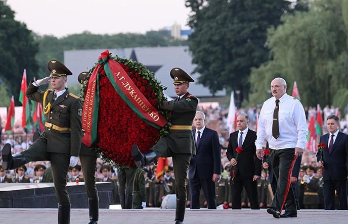Президент возложил венок к Вечному огню на площади Церемониалов Брестской крепости