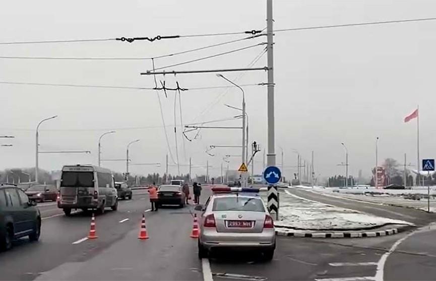 Два автомобиля столкнулись из-за обрыва контактных сетей в Минске