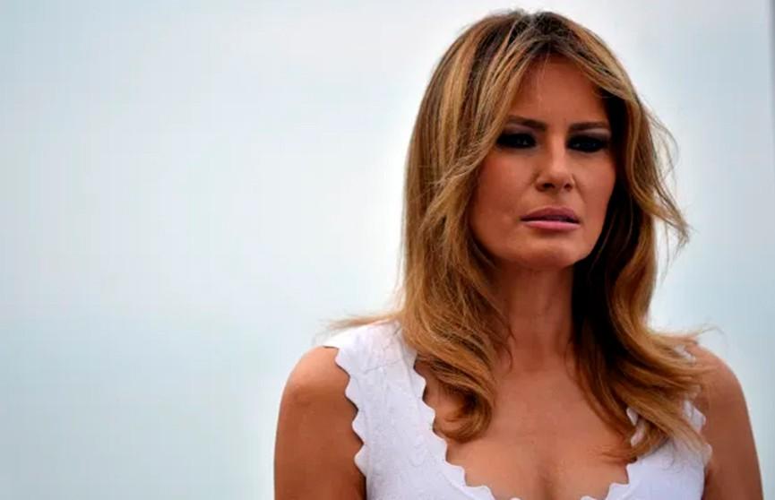 Мелания Трамп в белоснежном костюме и черной рубашке восхитила поклонников во время видеообращения