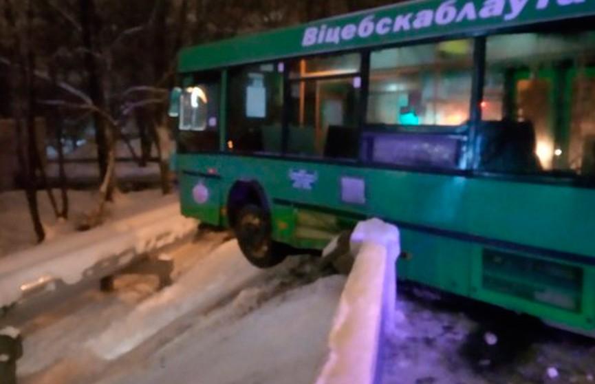 Пассажирский автобус в Витебске протаранил бетонное ограждение и повис над дорогой