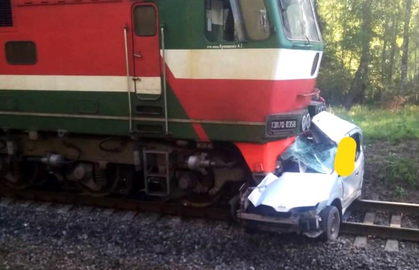 Авто пересекало железнодорожные пути не по правилам. Поезд не успел остановиться