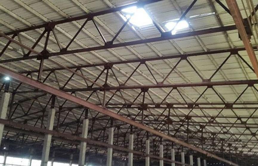 Мужчина упал с крыши склада в Колодищах и погиб