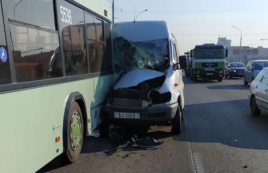 ДТП в Минске: микроавтобус врезался в троллейбус