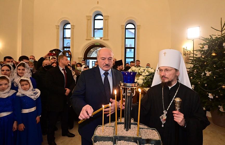 Президент Беларуси зажег рождественскую свечу в храме Воздвижения Креста Господня