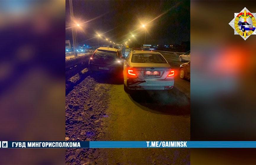 Тройное ДТП на МКАД: Renault влетел в автомобиль ГАИ
