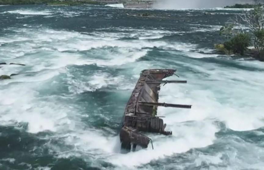 Судно, затонувшее более века назад, сползает в Ниагарский водопад