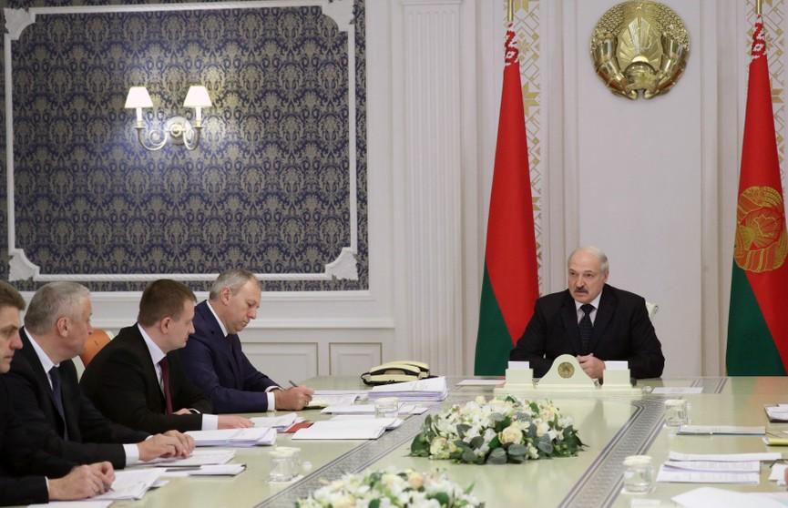Лукашенко раскритиковал российские методы защиты рынка: «Сами находятся под санкциями и осуждают это, но в то же время подобным оружием воюют против своих союзников». Все подробности