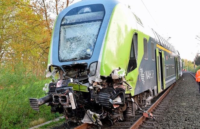25 человек пострадали при столкновении поезда с грузовиком в Германии