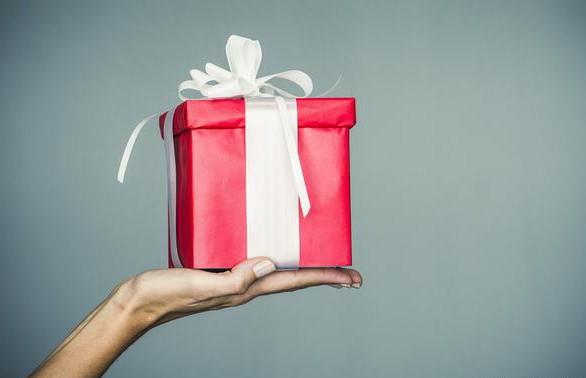 Девушка сделала подарок парню на Рождество и потребовала деньги