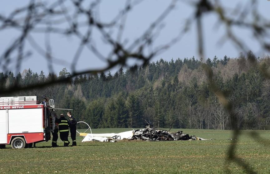 Вертолёт упал и взорвался в 200 м от жилого дома в чешской деревне: два человека погибли
