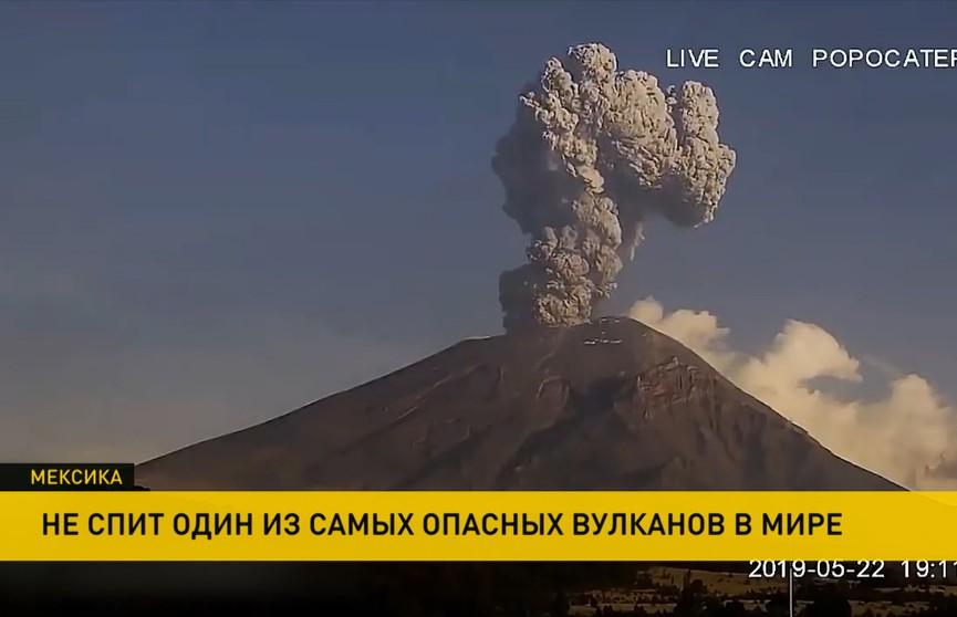 В Мексике проснулся один из самых опасных вулканов мира: он выбросил столб пепла на высоту более 3,5 км