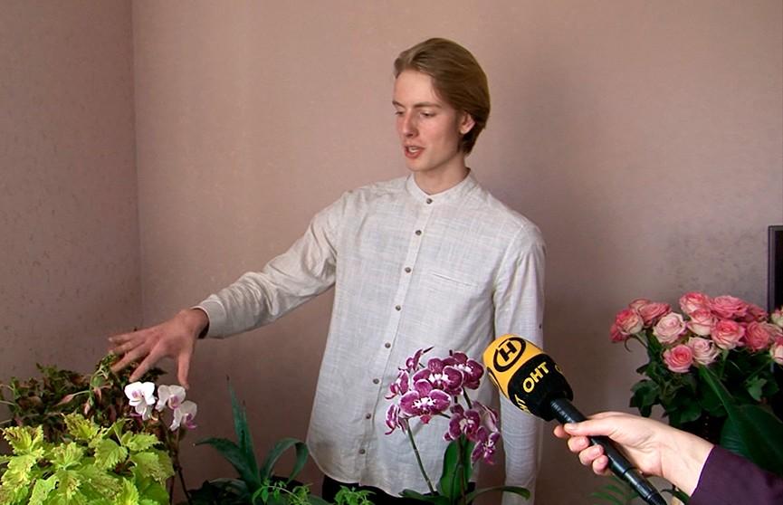 Школьник из Бреста собрал огромную коллекцию цветов у себя дома