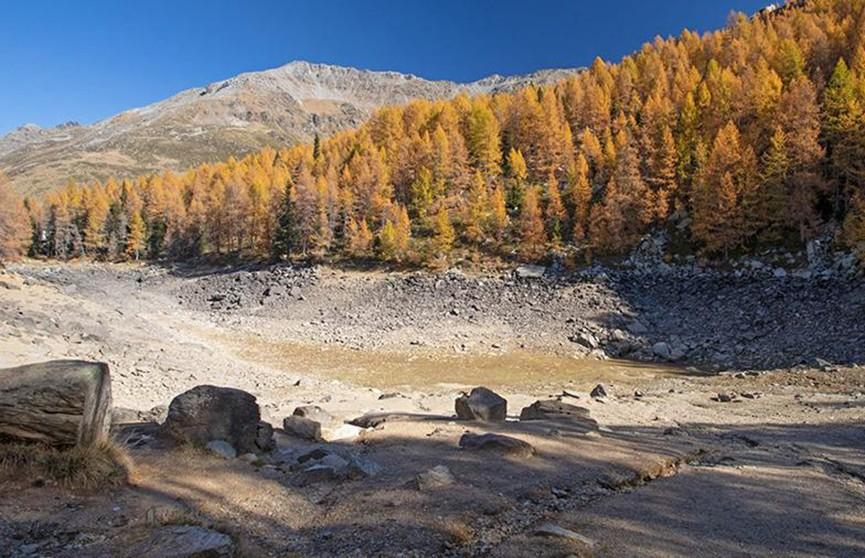 Голубое озеро исчезло в итальянских Альпах