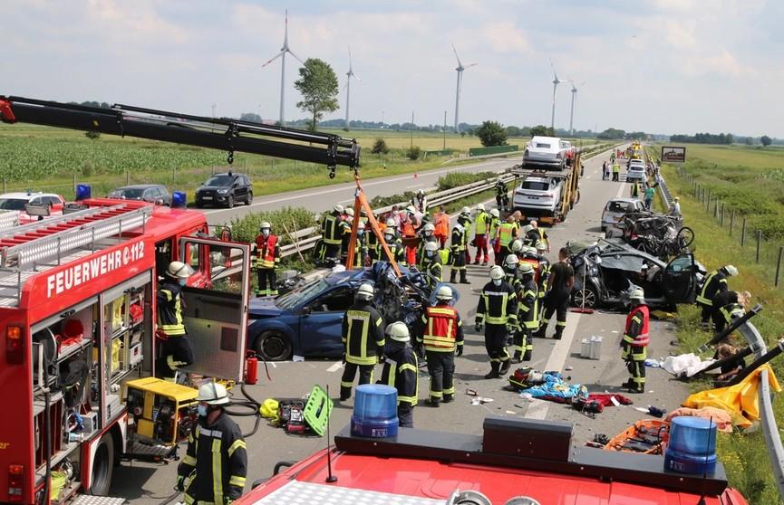Крупное ДТП в Германии: белорус на автовозе въехал в пробку – один человек погиб, 15 – пострадали