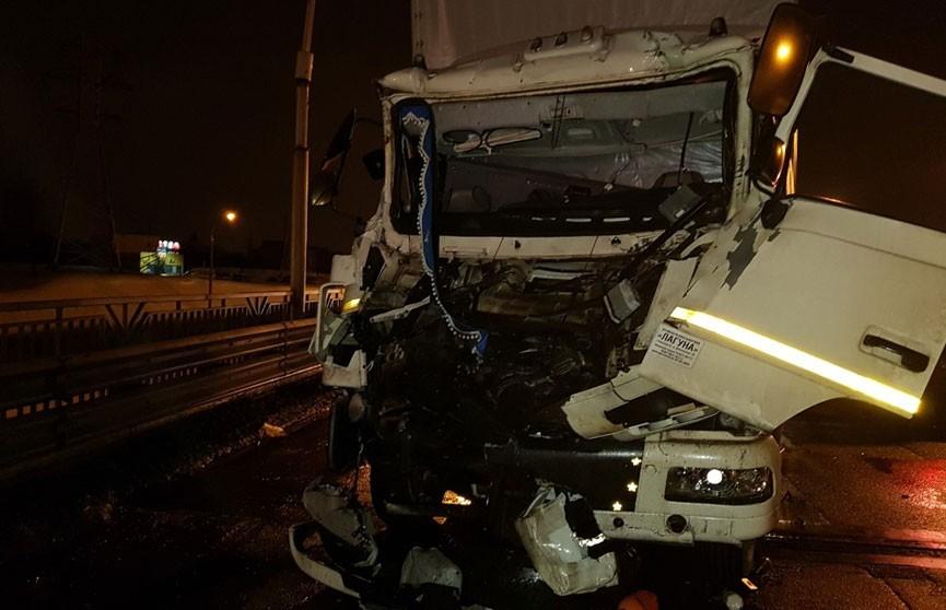 МАЗ врезался в машину дорожных рабочих на МКАД