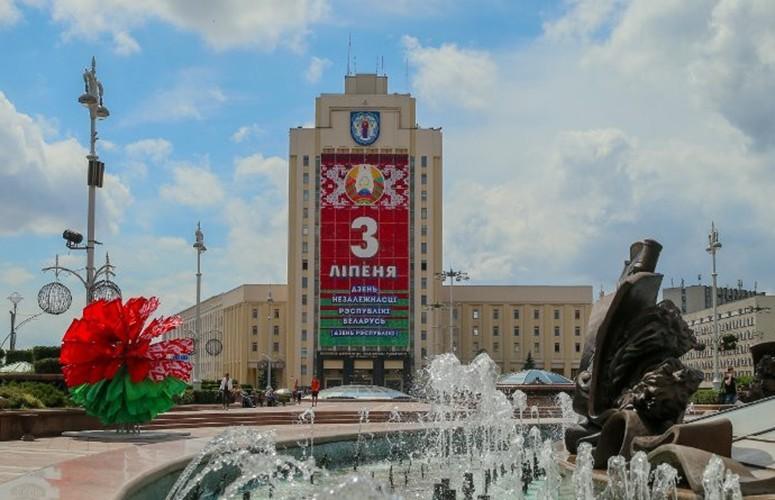 «С Днем Независимости, Беларусь!» В разных странах мира достопримечательности окрасились в цвета белорусского флага