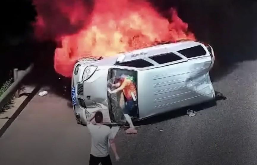 Безымянный герой спас трех человек из горящего авто (ВИДЕО)