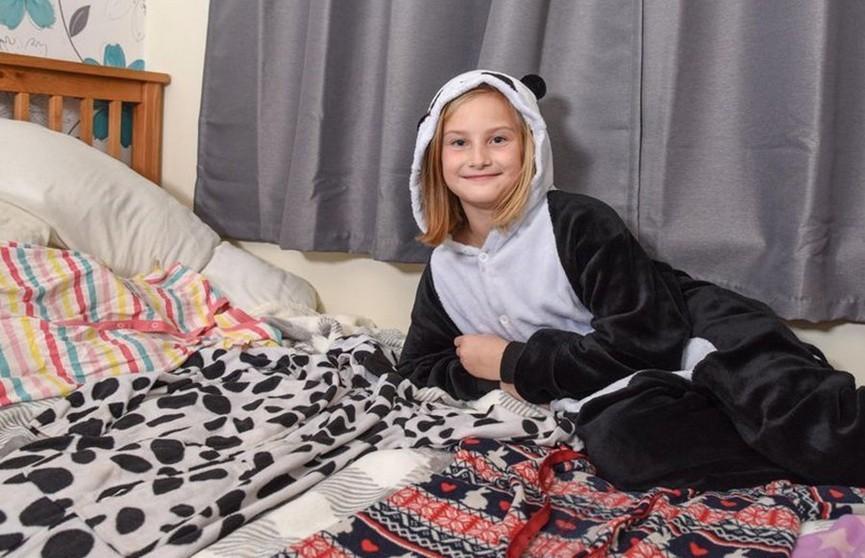 Редкое заболевание заставило девочку ходить в школу в пижаме