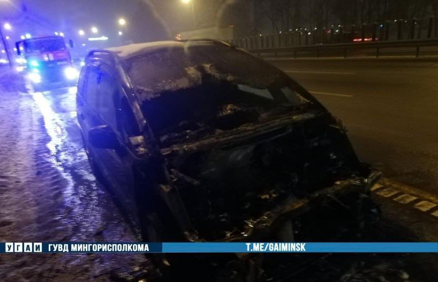 На МКАД загорелась машина, мать с ребенком едва успели покинуть салон авто