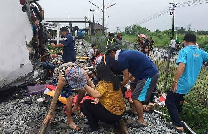 Страшная авария в Таиланде: поезд столкнулся с автобусом – как минимум 20 человек погибли