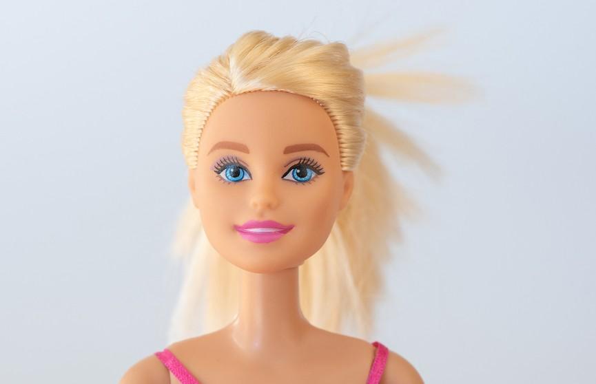 «Барби в самоизоляции»: бабушка придумала забавные образы для кукол и рассмешила сеть