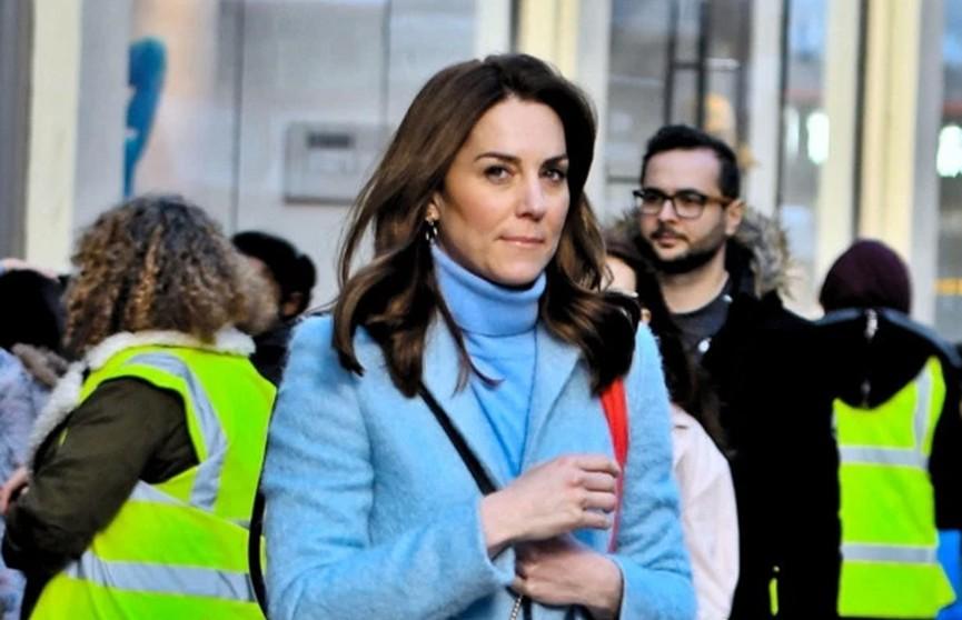 Кейт Миддлтон в голубом пальто и водолазке восхитила поклонников во время шопинга