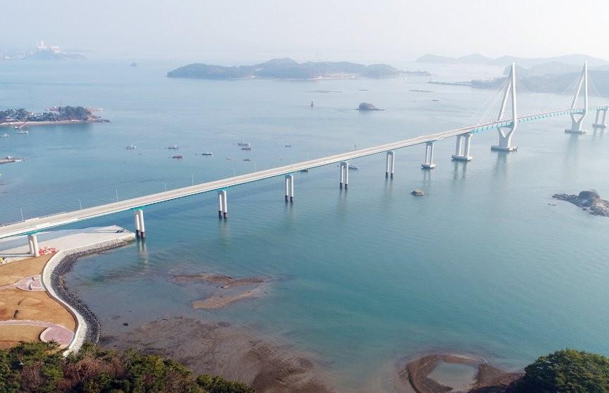 19 человек пострадали при столкновении рыбацкой лодки с мостом в Южной Корее