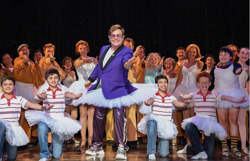 Элтон Джон удивил зрителей театра внезапным появлением в балетной пачке