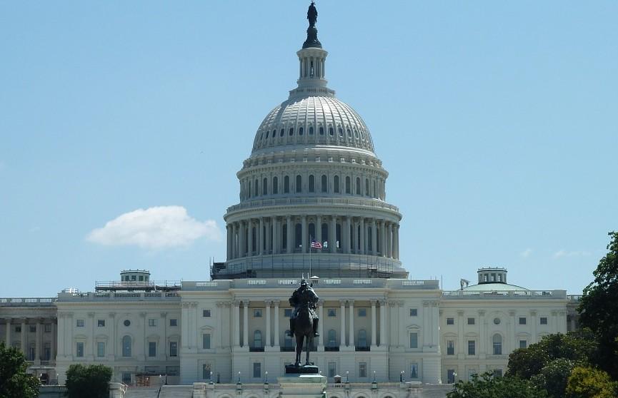 Капитолий в США заблокировали из-за угрозы безопасности, СМИ сообщают о пострадавших
