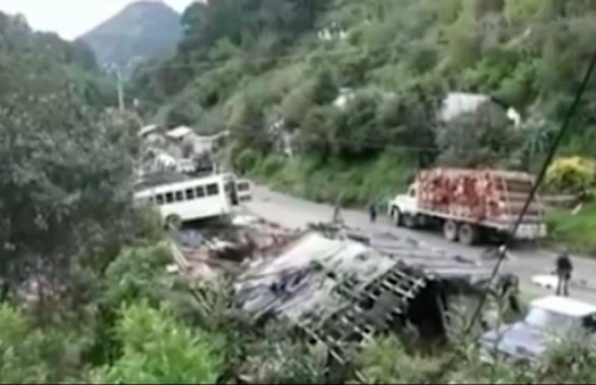 Автобус съехал с дороги в Мексике: 12 человек погибли, более 20 пострадали