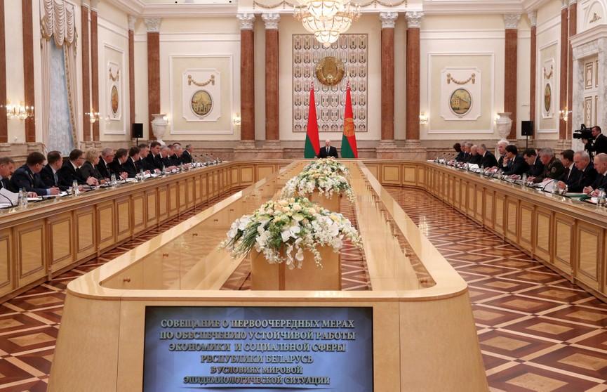 Лукашенко: Нельзя впадать в крайности и остановить работу ключевых отраслей экономики. Жизнь показала, что мы оказались правы