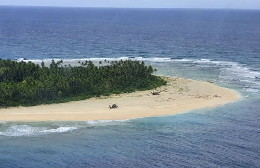 Трех мужчин нашли на необитаемом острове благодаря надписи SOS